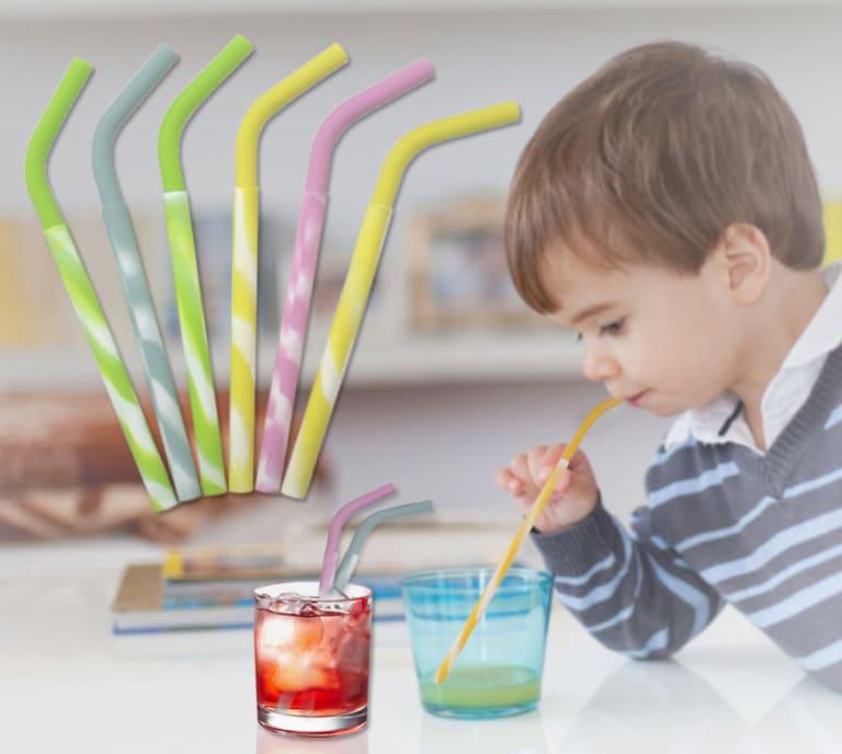 enfant buvant une boisson avec une paille en silicone sans plastique